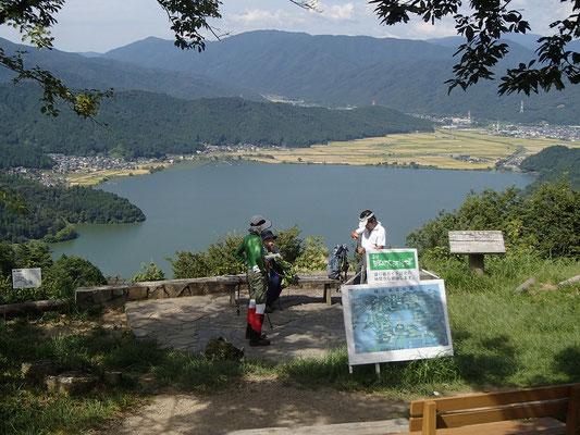 余呉湖を眺めながらしばし休憩