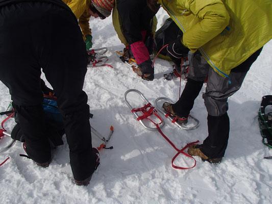 実際にワカンを付けて雪山に登ります