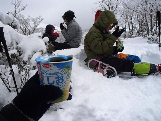その峠で昼食タイム。ここでは温かいカップラーメンがご馳走です。