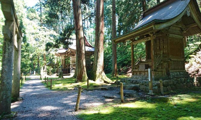 白山神社本社(ここには3つの社が、白山山頂の配置と同じ)