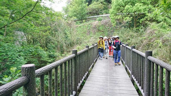 川沿いを進み、橋を渡ります