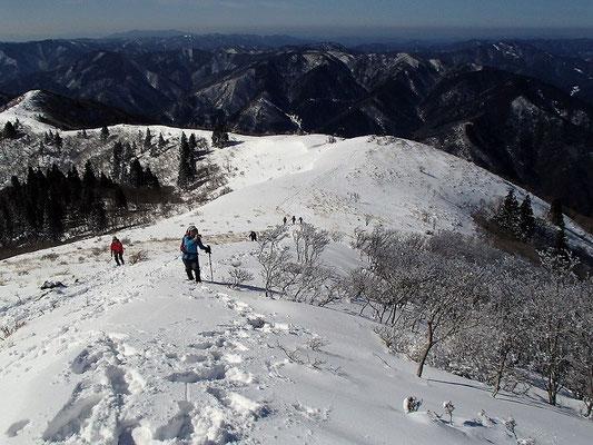 登ってきた西南稜を振り返ります