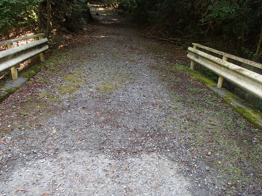 4つ目の橋を渡って100m行って、左が入渓点。渡ってすぐ右は白滝谷