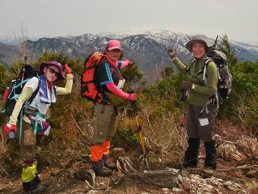 鷲走ケ岳山頂で白山をバックにメンバー
