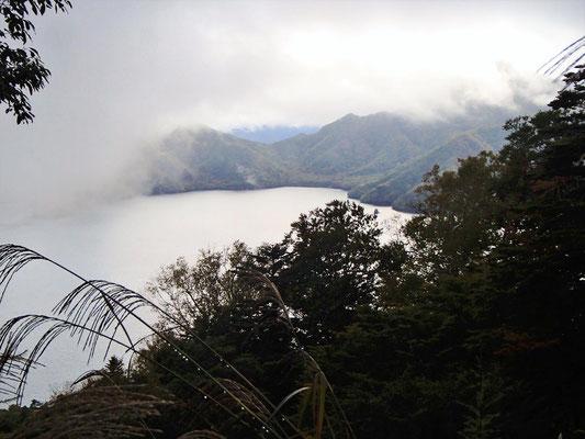 帰り、四合目まで下りるとやっと中禅寺湖が見えてきました。