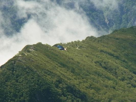 針ノ木岳山頂から船窪の小屋をアップ(もう一度行きたいな)