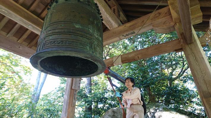 県指定重要文化財「鐘楼堂」で鐘を鳴らします