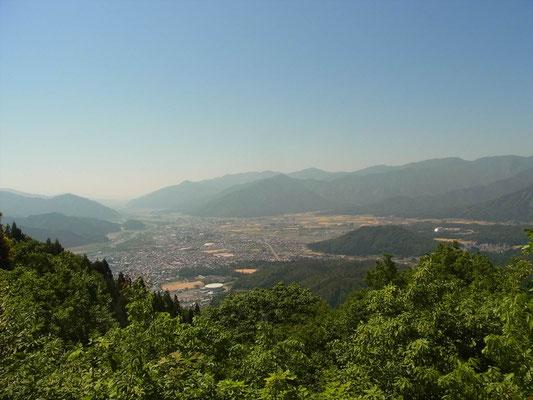 太師山山頂から勝山市内(右の光ってるのが恐竜博物館)