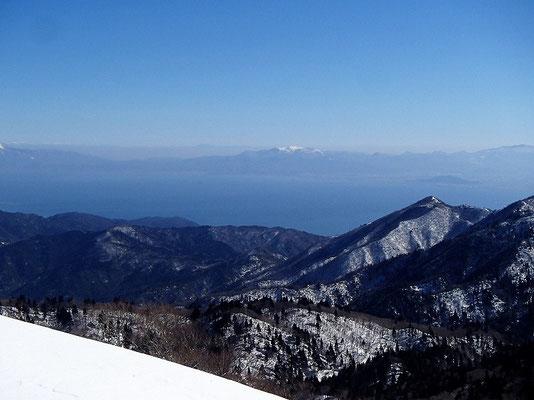 琵琶湖の向こうに冠雪した霊仙山が見えます
