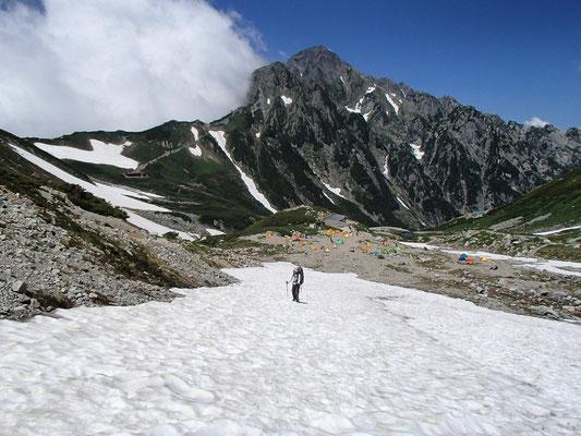 テントを撤収した後、剱岳を後にして別山乗越へ登ります