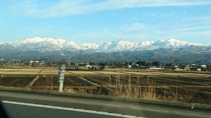 帰りの高速から左から、毛勝三山、剱岳 立山