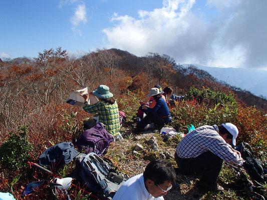 14その尾根の景色のよいところで昼食休憩