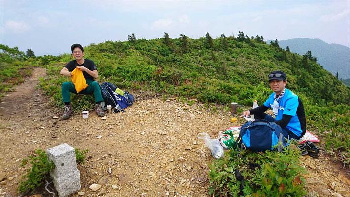 山頂で昼食にします。(広くて平)