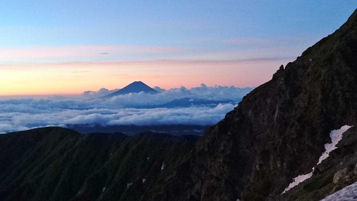 北岳肩ノ小屋前頂から雲海に浮かぶ富士山 朝焼けも綺麗