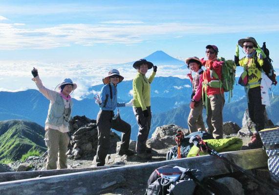 北岳(3,193m)山頂にて富士山をバックにメンバー