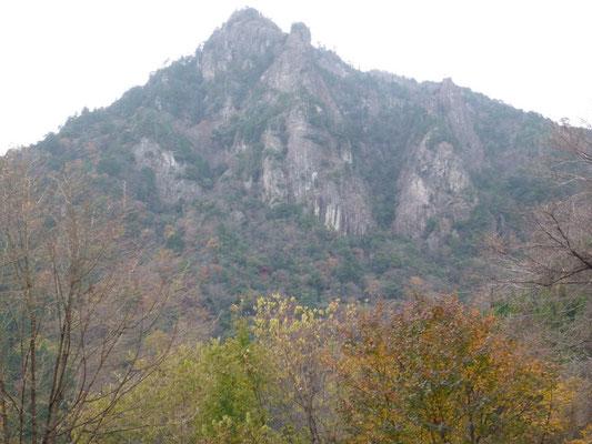 雪彦山全景。頂上右のピナクルが不行岳。その下に三峰南東壁