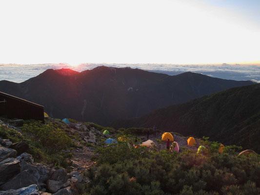 北岳肩ノ小屋前から鳳凰三山越しに御来光
