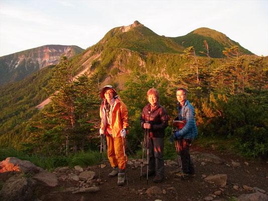 見晴台で朝日を受ける東と西の天狗岳をバックに