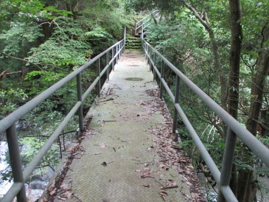 渡るとこんな立派な橋を見つけるのに苦労しました。