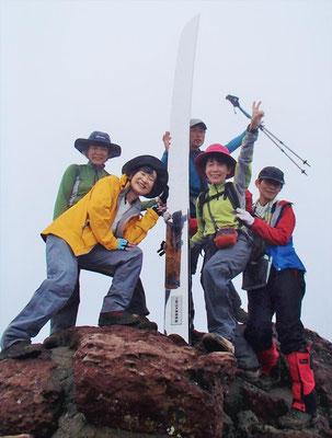 え~い。やったぜ~。男体山山頂(2,486m)