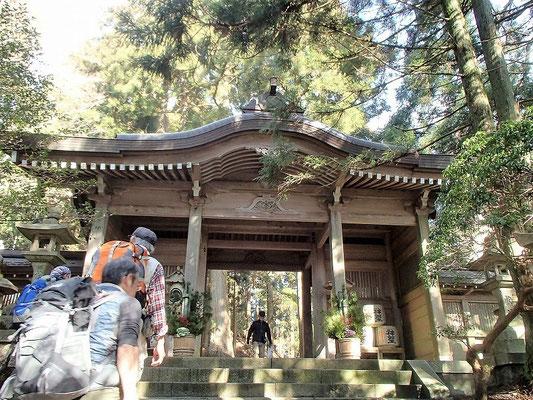 愛宕神社山門をくぐり