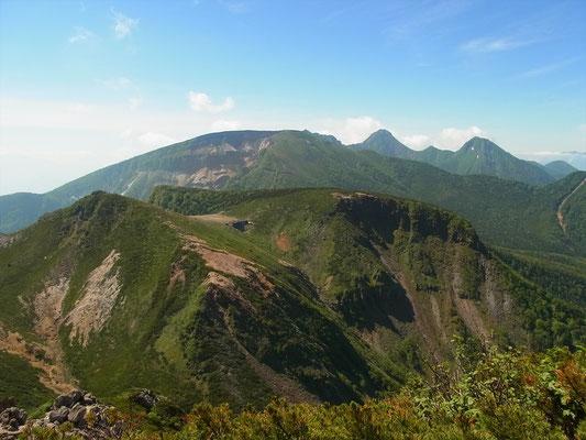 西天狗岳山頂より根石岳、コルに根石山荘 箕冠山