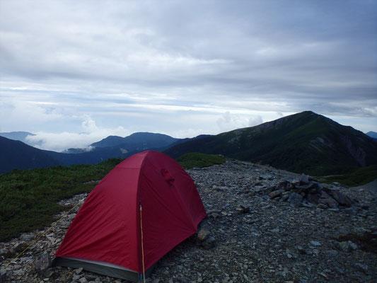蝙蝠岳と富士山を目の前にテント。幸せ