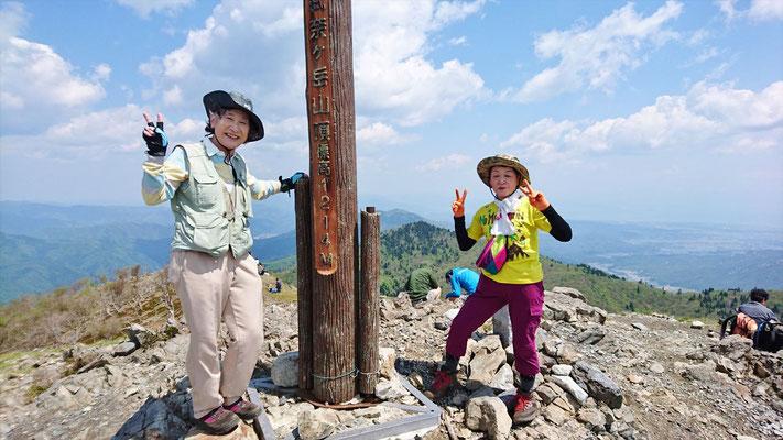 10:58 比良山系最高峰、武奈ケ岳(1,214.4m)に到着 中央奥に釣瓶岳、蛇谷ケ峰をバックに