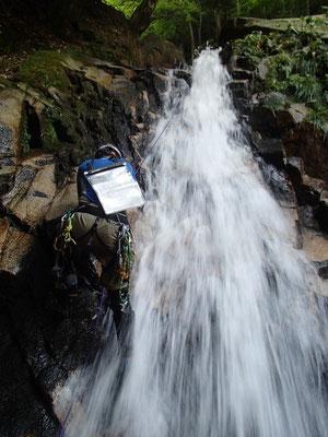 10m滝を登り返し