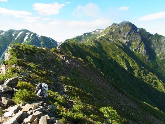 スバリ岳に向けて稜線歩きです。少し風があります。