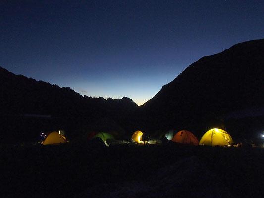 夜明け前から登頂の準備を始めます。