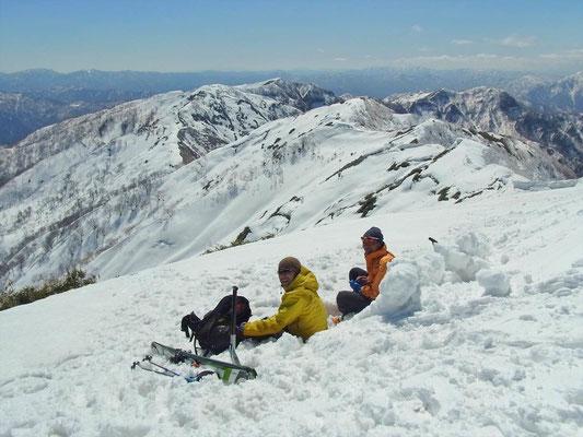 山頂でのひと時、最高の景色を堪能