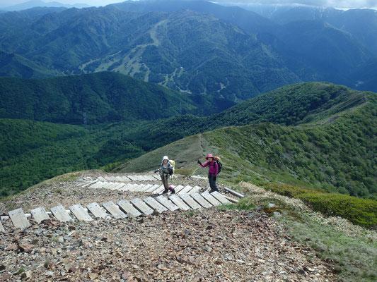 向こうに苗場スキー場。松手山(右)を目指して下ります。