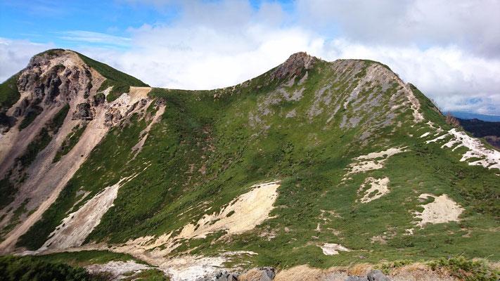 根石岳山頂(2603m)から、右、東天狗岳。左、西天狗岳