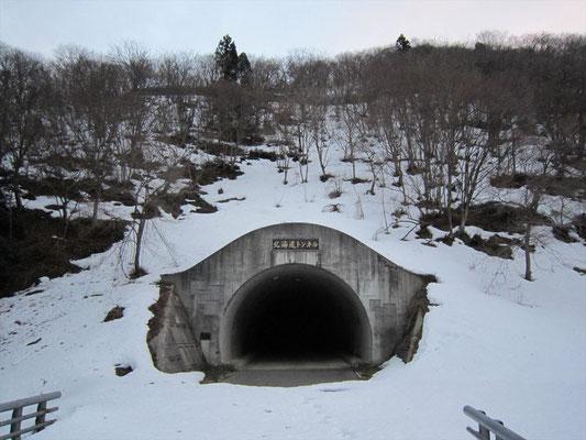 北海道トンネル上の斜面から取りつく。地肌出ていて難儀