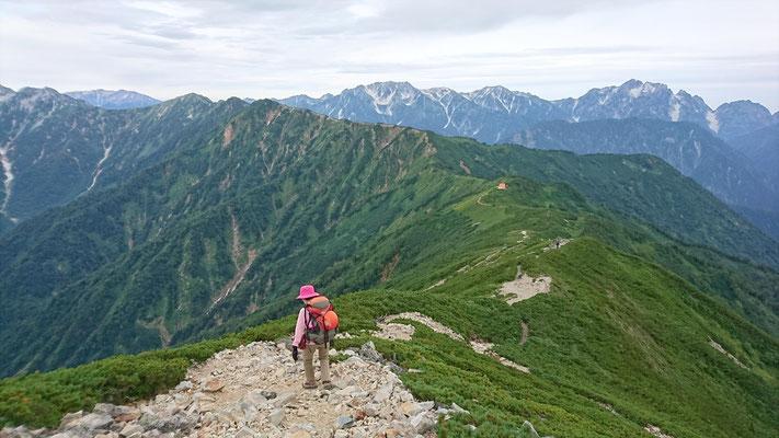 北アルプスの峰々を見ながら最高の山歩き。さあ種池山荘へ