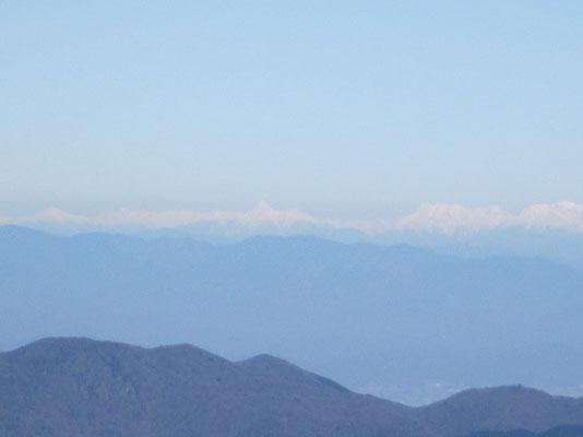中央の尖った山は何山?