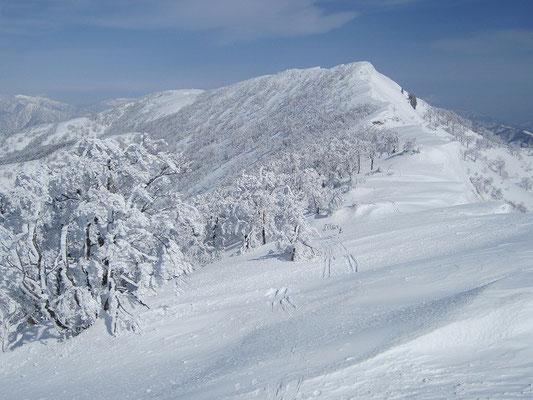 縫ケ原山の右端に噴煙上げる御岳も。