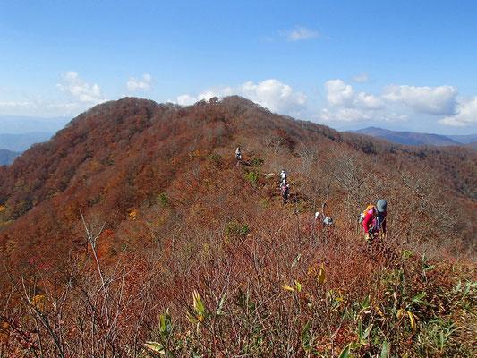 13西峰から東峰への尾根道です