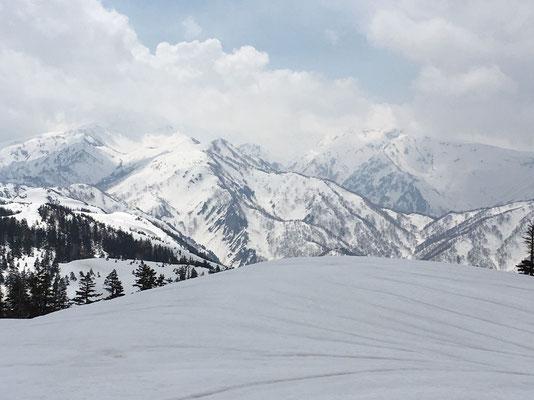 野谷荘司山山頂から雲かかる白山
