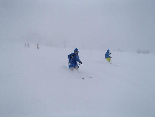 降雪とガスで視界が悪くよく見えません