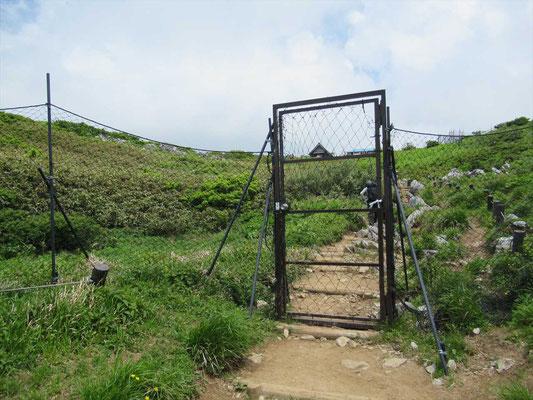 防獣対策ゲート 開けたら、必ず締めましょう