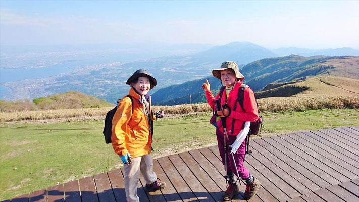 昨年の夏に完成した蓬莱山山頂(1,173.9m)のびわ湖テラスにて 南湖の眺望いいね