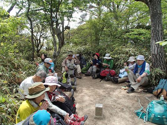 2つの班は龍王山山頂で昼食休憩です