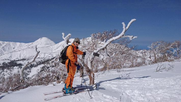 三田原山(2,360m)山頂で焼山、火打山をバックに
