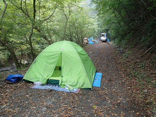 工事中の道でキャンプ