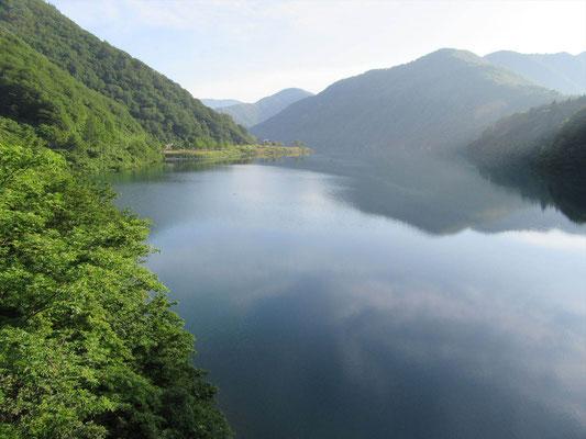 早朝の桂湖畔です。ここから登ります。