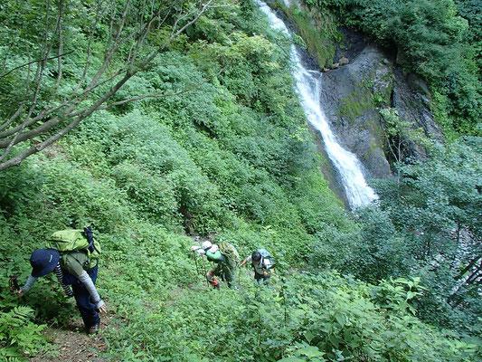 大きな滝の巻き道はなかなかの急登