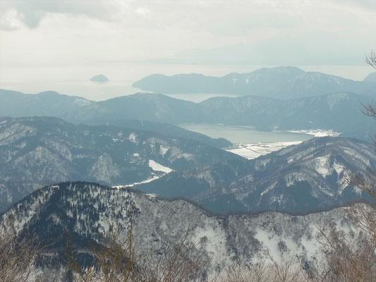 横山岳山頂から余呉湖、竹生島をアップ