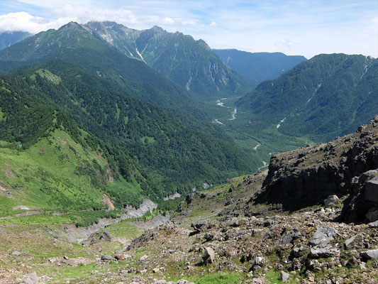谷向こうの焼岳小屋から田代橋方面